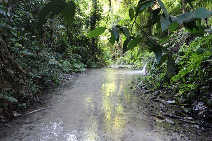 La couleur du bassin, d'un bleu rare, changeante selon la luminosité du soleil,est dueau mélange decalcium carbonate contenu dans ses eaux.